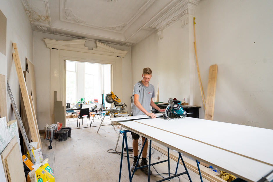 Timmerman Brad aan het werk in Amsterdam Centrum. Niesing Bouwbedrijf